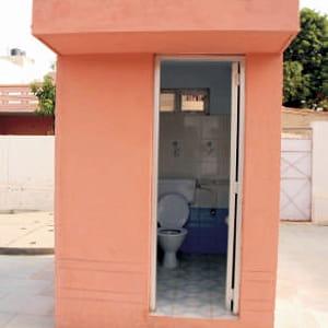 un modèle de toilettes de sulabh international.