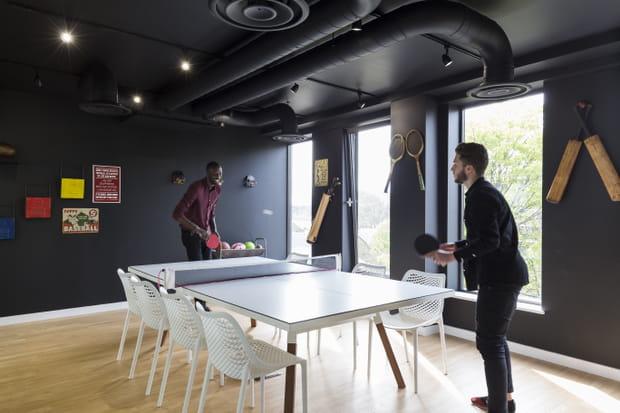 Une salle de réunion... et de ping-pong