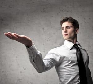 les gestes amples donnent une impression d'assurance.