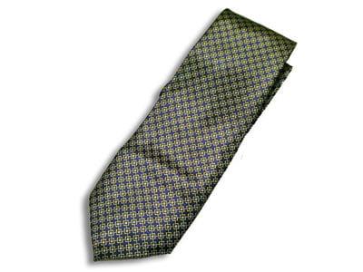 la cravate, avec son micro et sa caméra invisibles
