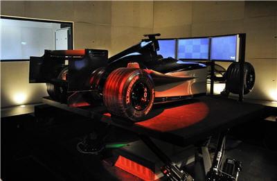un bolide de formule 1 prêt à partir en course de simulation.